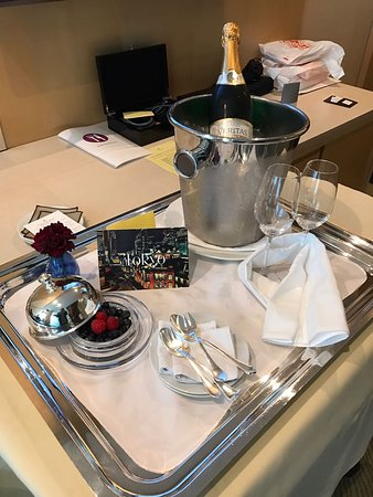 Four Seasons Hotel Tokyo at Marunouchi: Thank you for the Honeymoon Surprise