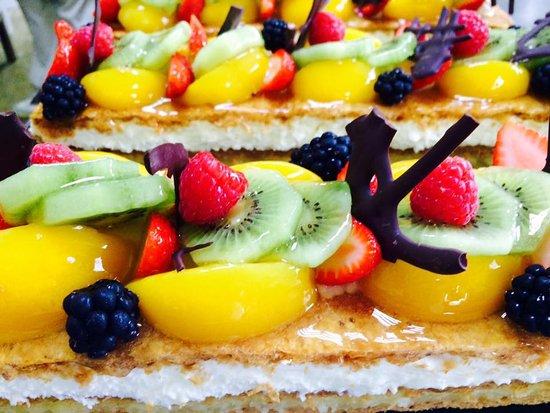 Caleta De Velez, Spain: Tarta de hojaldre, nata, crema pastelera y fruta