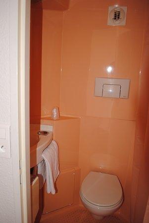 Lavabo Salle de bain classique (douche en face) - Photo de ...