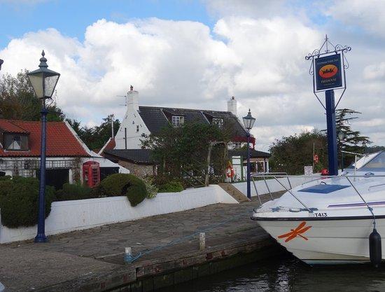 Reedham, UK: Pub by the ferry