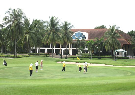 Ban Chang, Thailand: The 9th green in front of the clubhouse