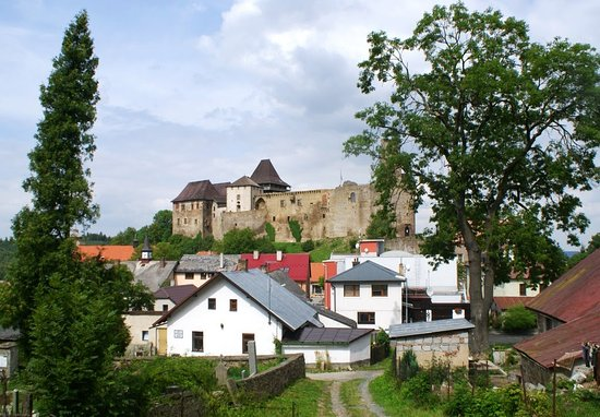 Vysocina Region, República Tcheca: The castle - view from the cemetery where the is grave of Jaroslav Hašek.