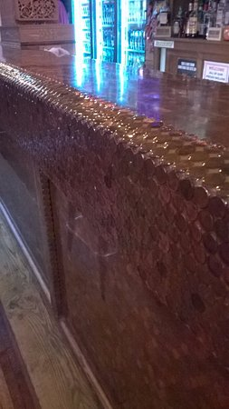 ‪‪Alma‬, ‪Wisconsin‬: bar covered with Lincoln pennies‬