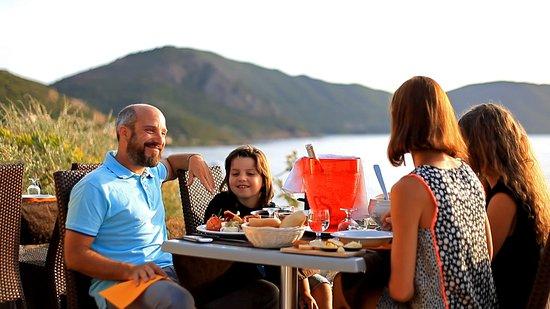 Alata, France : Le restaurant A Murza et sa terrasse panoramique avec vue sur la mer