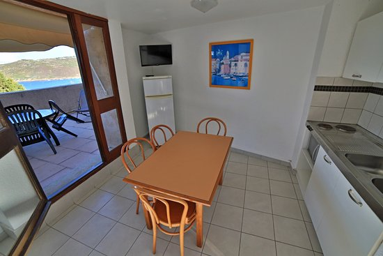 Alata, France : Salle à manger avec cuisine et terrasse panoramique dans les logements