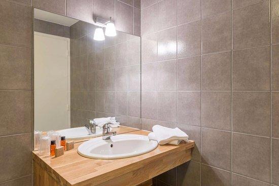 salle de bain d 39 appartement picture of les ormes domaine resort dol de bretagne tripadvisor. Black Bedroom Furniture Sets. Home Design Ideas