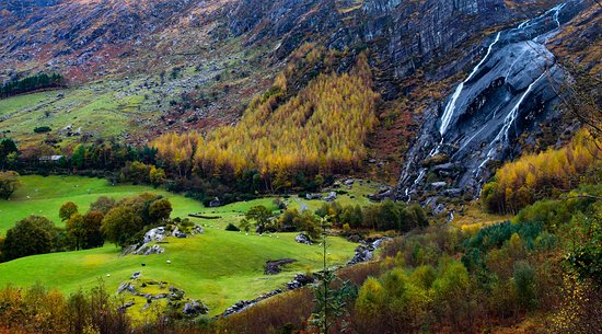 Kenmare, İrlanda: The waterfall provides a fantastic backdrop to the park.