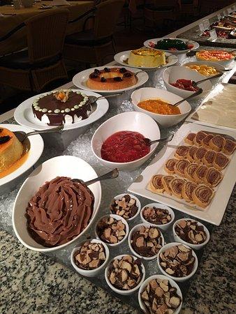Hotel Transamerica Ilha de Comandatuba: Mesa de sobremesas do jantar