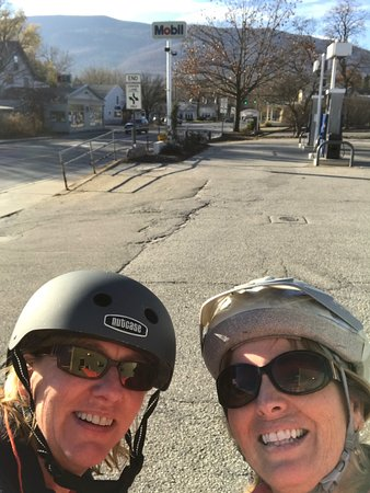 Manchester, VT: Hotel provides bikes and helmets to ride into town!