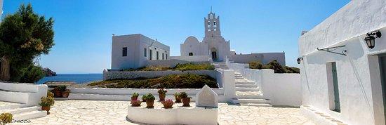 Σίφνος, Ελλάδα: Apesar de pequena a ilha de Sifnos, a igreja de Chrisopigi vale a visita.