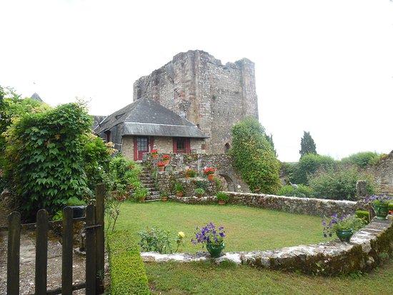 Turenne, فرنسا: vue sur la tour carré.
