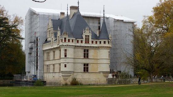 Azay-le-Rideau, France: Attention: rénovation en cours