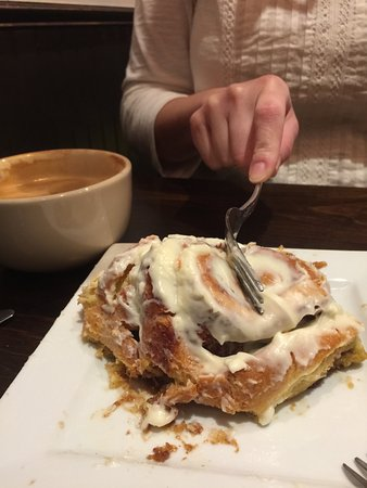 Cottonwood, AZ: mmm so good and warm cinnamon roll
