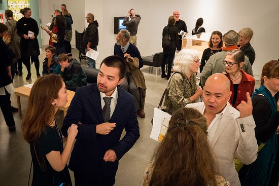 Surrey, Canadá: Opening receptions are a fun way to see new art and connect with people.