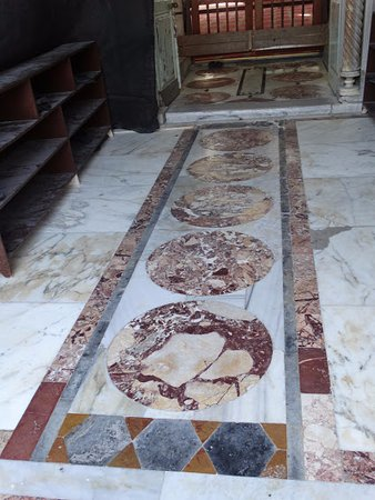 decoration de marbre a l'entree   Picture of Al Jazzar Mosque