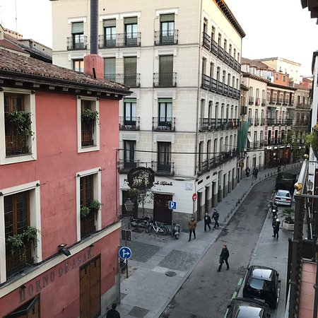 Posada del Leon de Oro: Fantastic, spacious, modern room that is in the heart of Madrid, just a few minutes walk from Pl