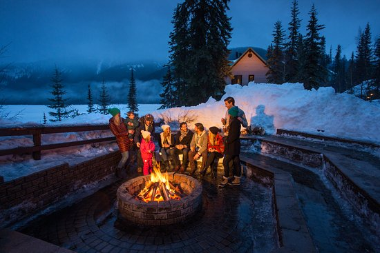 Emerald Lake Lodge: Fire pit for roasting marshmallows to make S'mores.