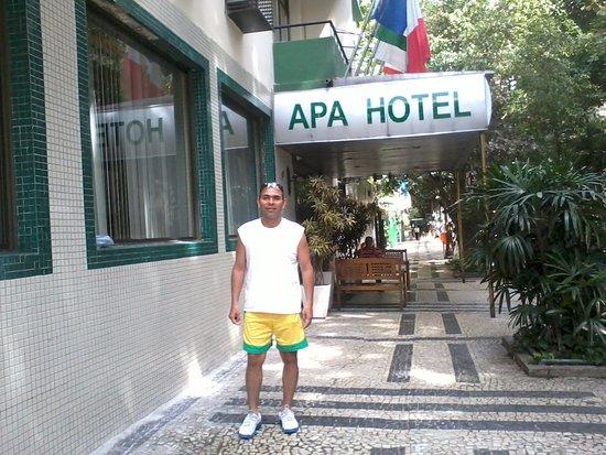 Apa Hotel: Le ha tomado una foto a mi esposo, ya que fuimos en pareja