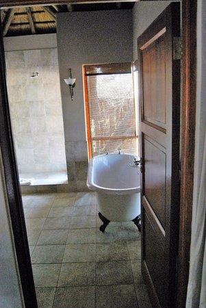 Imbali Safari Lodge: vasca e doccia