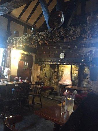 Inkberrow, UK: Beams, inglenook fireplace, wonderful old inn.