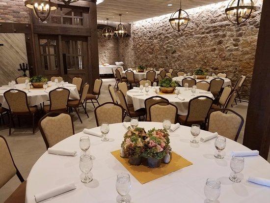 Archibald's Restaurant: Original stone walls from the historic Gardner Mill.