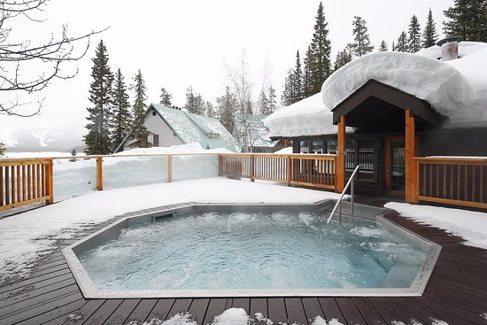 Emerald Lake Lodge - Outdoor hot tub - Picture of Emerald