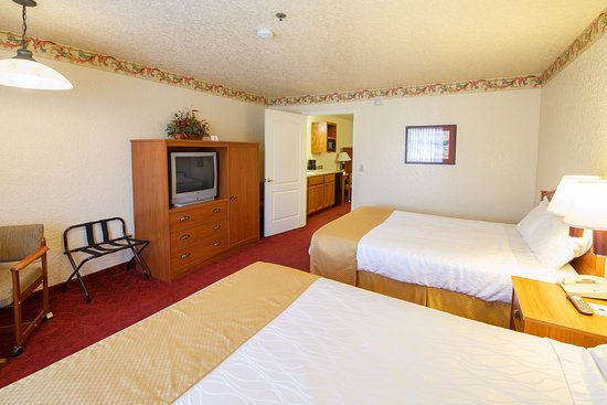 Murphys, CA: Bedroom with 2 queen beds two-room suite