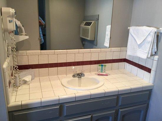 Coronado Inn: bathroom