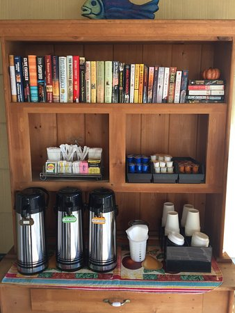 Coronado Inn: Coffee, ice tea and books 24/7