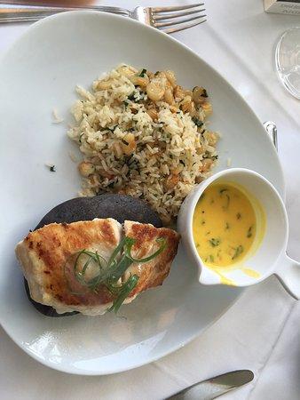 Filé de peixe sobre pedra quente e arroz com maíz (milho grande peruano)