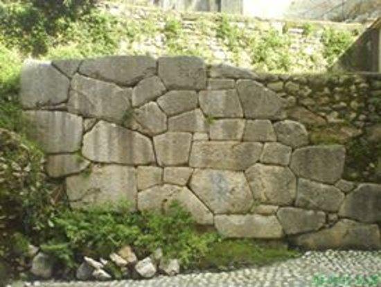 Cori, Italie : un bel tratto di mura poligonali, perfettamente conservato, a due passi dalla piazzetta
