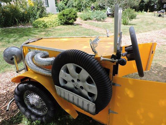 Brantford, Canada: Fake car