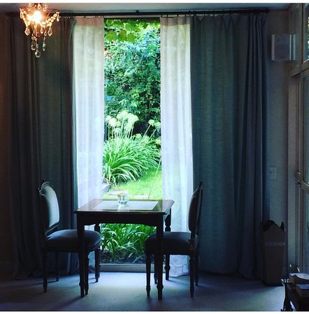 L'Hotel Palermo: A quiet nice space at their dining room