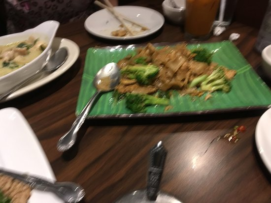 Lakewood, Kalifornia: Pad See-We-chicken and broccoli with flat noodles in a sweet soy sauce,