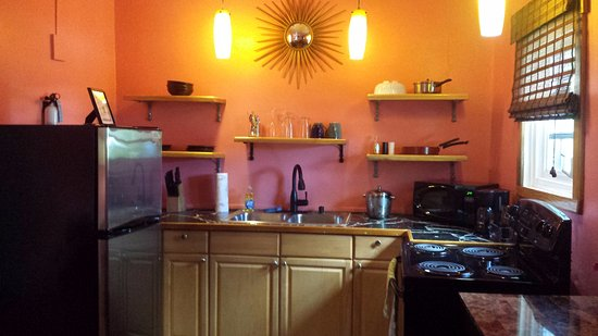 St. John Inn: Our little kitchenette. Everything has Caribbean colors. We made use of all the options.