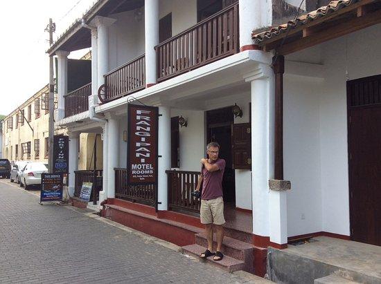 Frangipani Motel : Vue de la rue