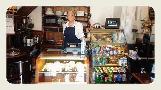 Dunnville, Canadá: Co-Proprietor, Carol, greets you at the Cafe.