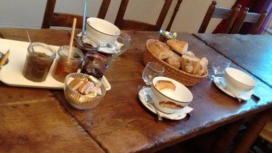 La belle grande table du petit-déjeuner - Picture of Les Jardins d ...
