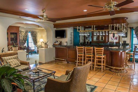 Quality Suites San Luis Obispo: Bar area