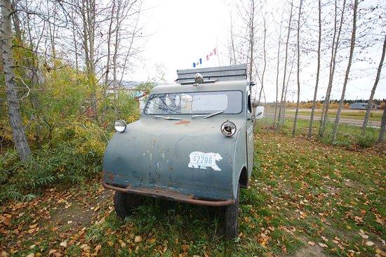 Hay River, Canada: 有史的水陸兩用車,車牌是隻熊
