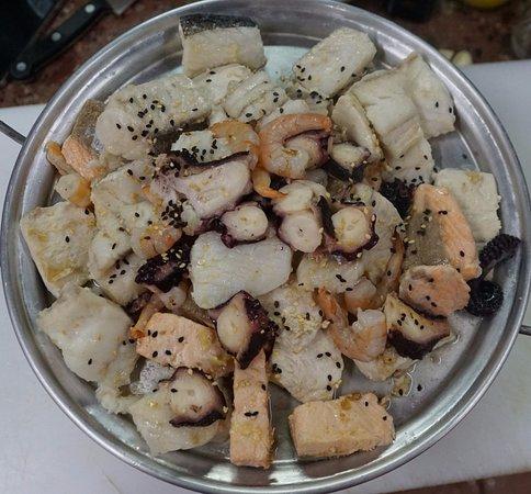 Brasero con salmón, merluza, congrio, reineta, camarones y pulpo acompañado de salsas