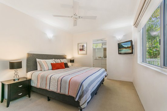Bali Hai Apartments Noosa: Standard apartment bedroom and ensuite