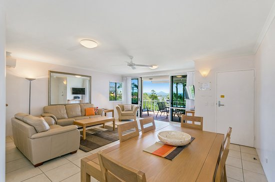 Bali Hai Apartments Noosa: Standard apartment living dining area