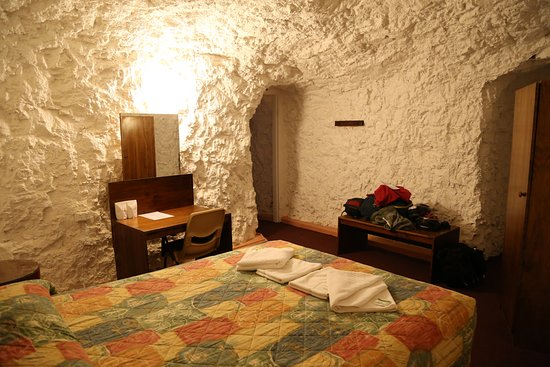 White Cliffs, Αυστραλία: Our 'dug-out' motel room, complete with skylight in the roof to let in some natural light.