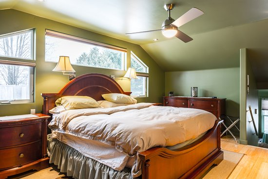 Kemptville, Canada: South Suite King Size Bed