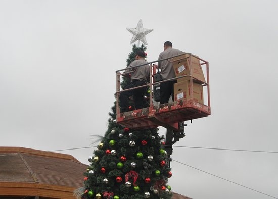 decorating the christmas tree 2016 del monte shopping center