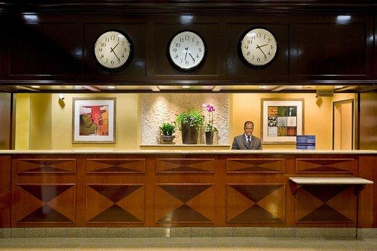 Crowne Plaza Hotel Englewood: Front Desk