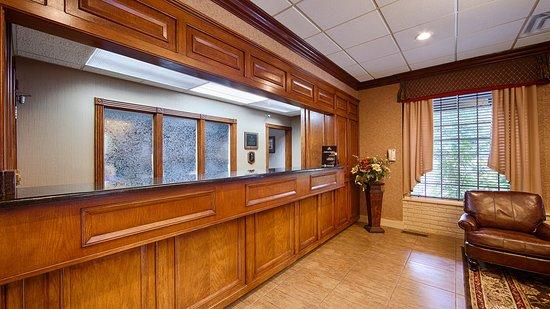 BEST WESTERN Inn of the Ozarks: Front Desk