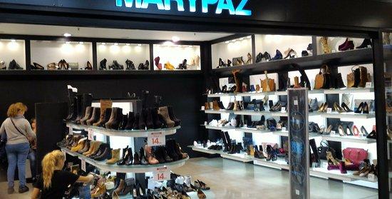info for fde07 e4583 Negozio di scarpe all'interno del centro commerciale. - Foto ...