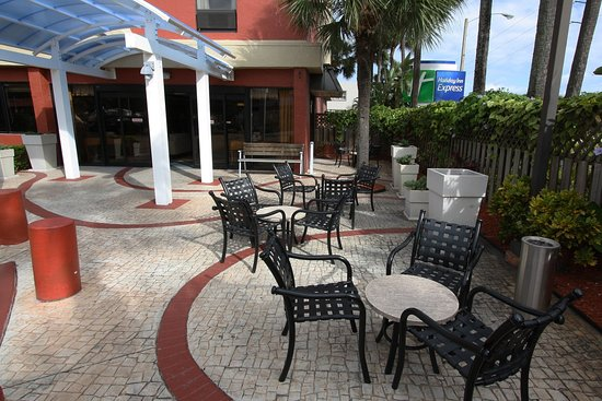 Miami Springs, FL: Holiday Inn Express Miami Airport Patio Outdoor Seating Area